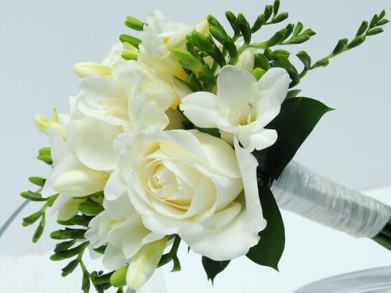 белый букет из роз и фрезий
