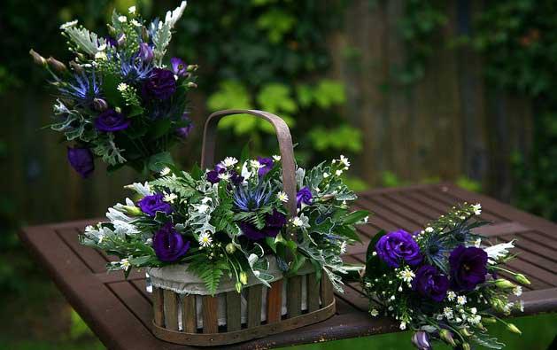 декор свадьбы с корзинами цветочными