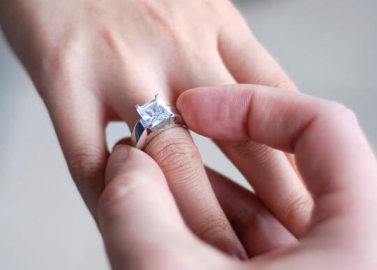 помолвочное кольцо на руке