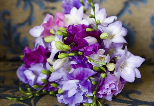 свадебный букет с разноцветными фрезиями