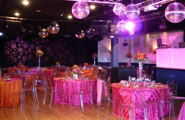 свадебный зал с блестящими шарами