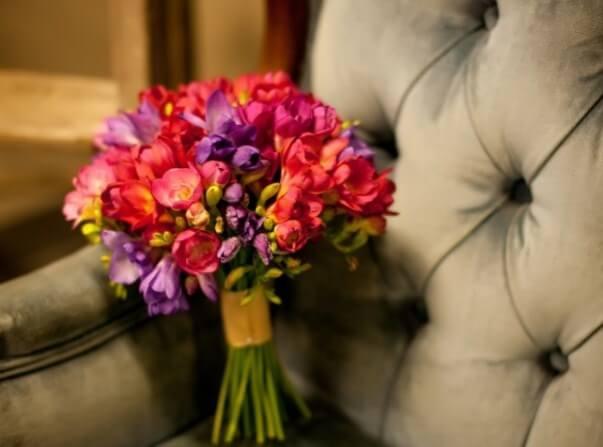 красочный букет невесты из фрезий
