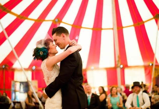 молодожены в шатре цирка