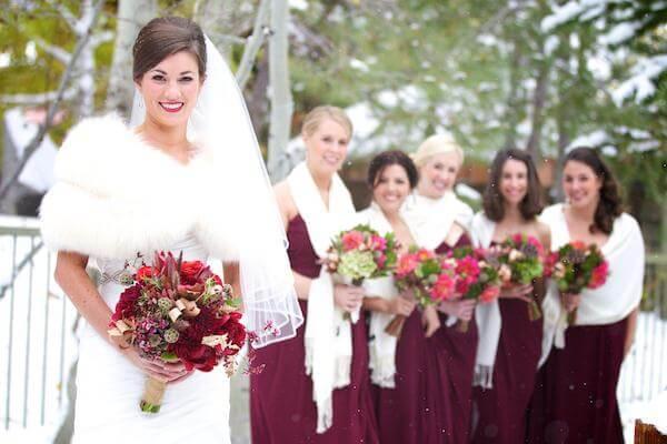 невеста в зимней меховой накидке