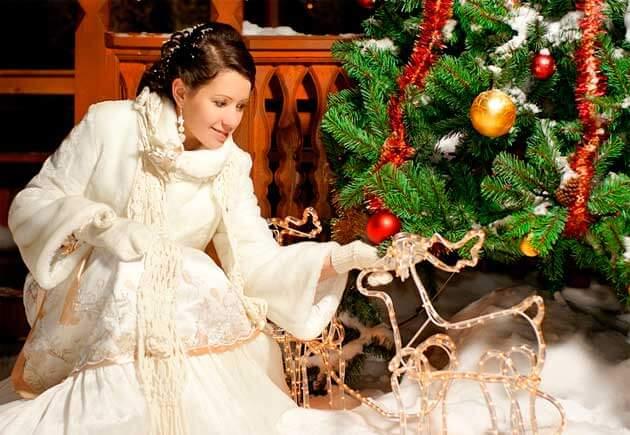 невеста в белом у елки новогодней