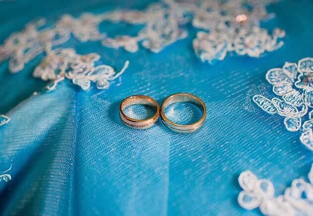 кольца на бирюзовой ткани