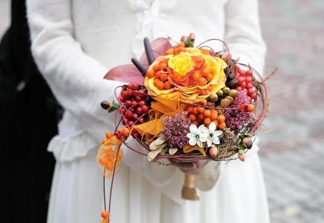букет невесты из ягод и розы