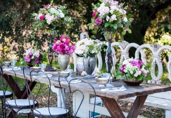 бронзовые вазы с цветами на столе