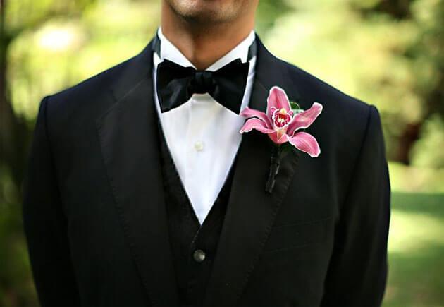 розовая лилия в свадебной бутоньерке