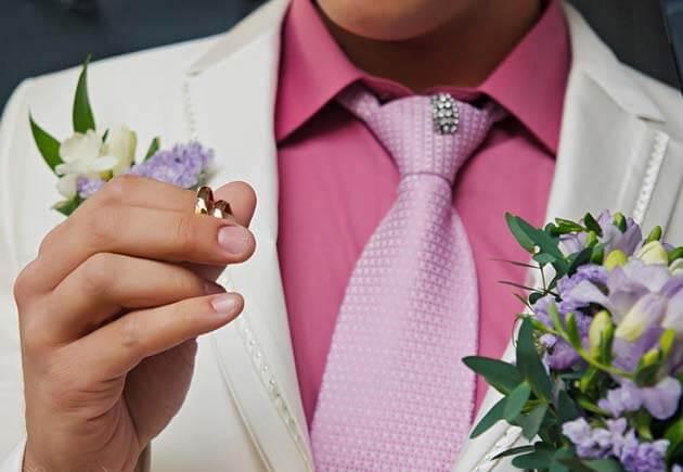 кольца в руках жениха