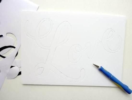 обводим трафарет на белой бумаге