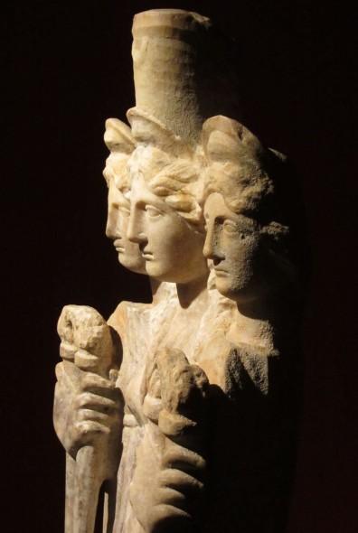 Estatua de Hécate com três faces