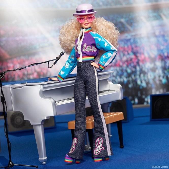 Barbie Elton John: boneca de corpo inteiro ao lado de um piano