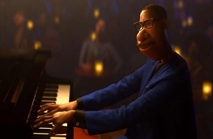 Soul: Imagem do personagem Joe Gardner, um homem adulto negro, usando um chapéu sentado em frente a uma piano de causa. O personagem é um desenho de animação.