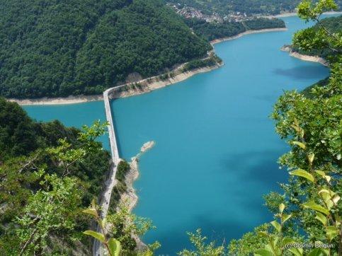 lac de acumulare la intrarea in Muntenegru dupa canion