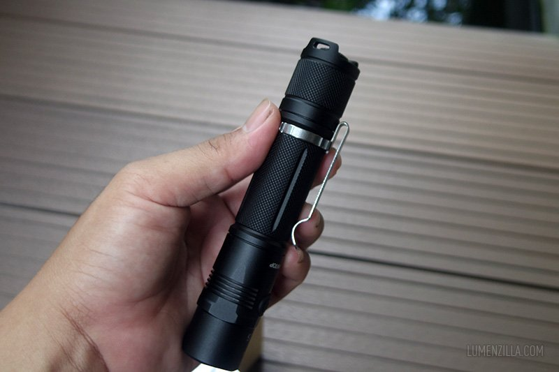 lumintop edc25 body knurlings and pocket clip appearance
