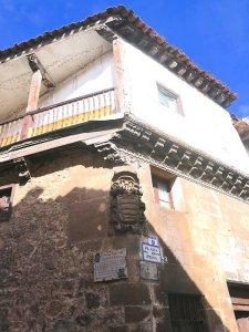 Covarrubias de calles porticadas y casas con entramados de madera.