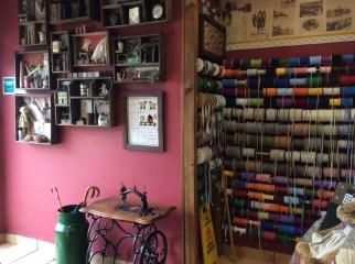 Cintas y máquina de coser antigua