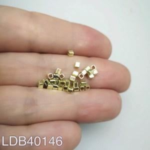 Mostacilla cuadrada lijada bañada en oro de 2x2mm 1gr 30un aprox LDB40146