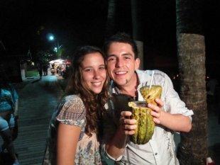 mmhhhhmm en esta foto me estaba bebiendo una bebida deliciosa de cacao crudo en Morro de São Paulo, Brasil, estaba buenísima.. !! Cacao crudo, Açai, agua de coco y fresa servido directamente en la fruta del cacao !!! :) bailé toda la noche !!