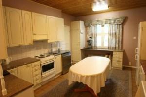 Keittiössä on astianpesukone, jääkaappi,pakastin,kahvinkeitin, vedenkeitin ja täydellinen astiasto 50 hengelle.