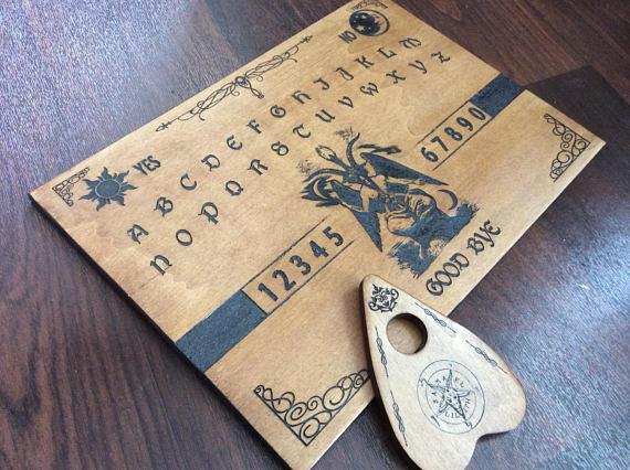 ésotérisme avec une planche de ouija