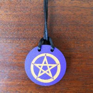 pentacle violet sur bois