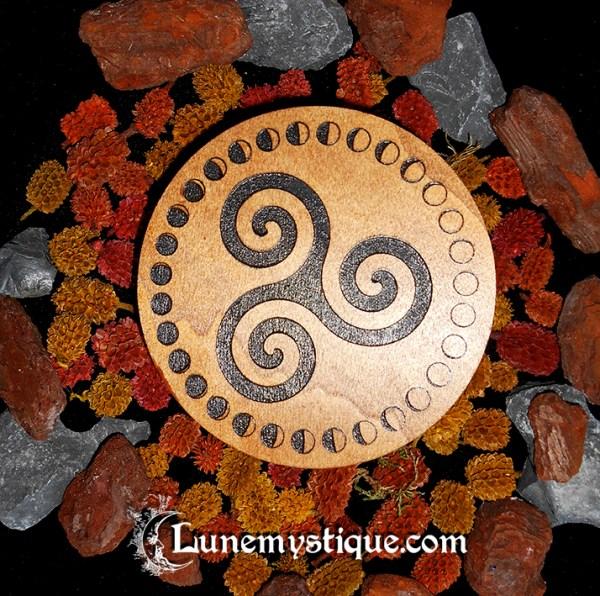 Triskele de bois gravé wicca