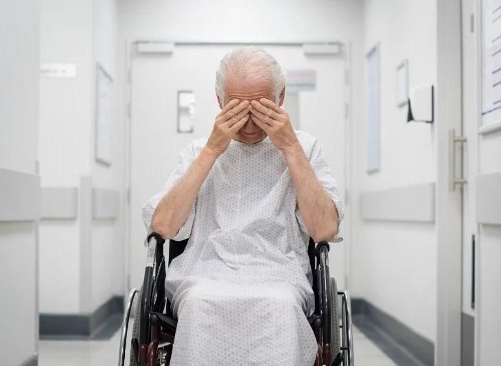 på sjukhus i rullstol