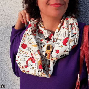 Una sorridente Daze con la loop scarf di Pretty In Mad.