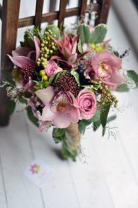 Cymbidium orkide ve güllerle hazırlanmış gelin buketi