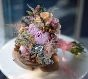 Şakayık, gülle ve yaz çiçekleri ile karışık hazırlanmış gelin buketi