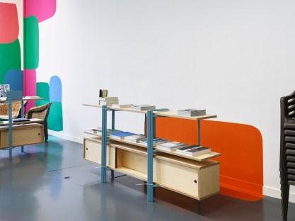 """Vista de la exposición """"Untitled"""" con el mural """"Open Envelope"""" (2018) de Federico Herrero y mobiliario de Muebles Manuel, Witte de With Center for Contemporary Art 2018. Fotografía : Kristien Daem."""