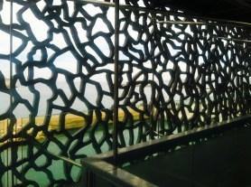 Through the walls one can see the Mediterranean. El mar abierto se puede ver desde adentro por medio de esta pared de hierro.