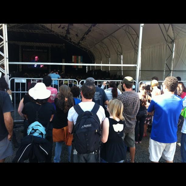 Público assiste David Byrne por trás da grade