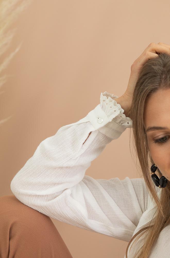 blouse blanche avec détail en dentelle