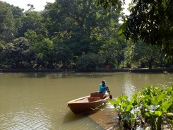 Kolam Gunting. Kolam buatan ini tak hanya berfungsi sebagai ekosistem bagi koleksi tanaman air, tetapi juga menjadi batas wilayah antara Istana Kepresidenan Bogor dengan Kebun Raya Bogor. Kenapa namanya Kolam Gunting? Soalnya kalau dilihat dari atas, bentuknya mirip gunting.