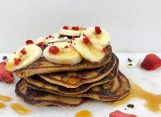 Glutenvrije bananenpannenkoekjes met ahornsiroop