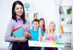 enseignant-heureux-avec-les-etudiants-fond_1098-2917