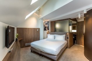 LuxeGetaways - Luxury Travel - Luxury Travel Magazine - Luxe Getaways - Luxury Lifestyle - Digital Travel Magazine - Travel Magazine - A Weekend in the Marais Area of Paris - Jules and Jim - France - Bedroom