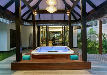LuxeGetaways_Jumeirah-Vittaveli_Royal-Residence_hot-tub