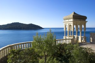 LuxeGetaways - Luxury Travel - Luxury Travel Magazine - Luxe Getaways - Luxury Lifestyle - Luxury Villa Rentals - Villas with Forever Views - Luxe Villas - Luxury Rentals -