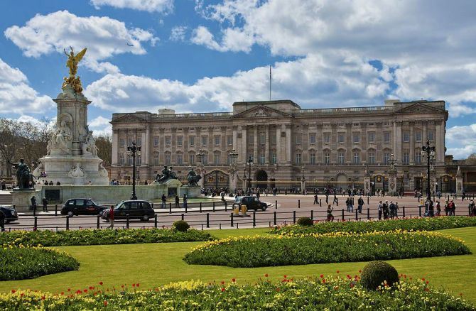 Five Experiences When Visiting London for the First Time Buckingham Palace