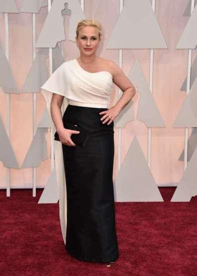 Patricia Arquette diện váy Rosetta Getty, cô cầm trên tay xắc của Salvatore Ferragamo