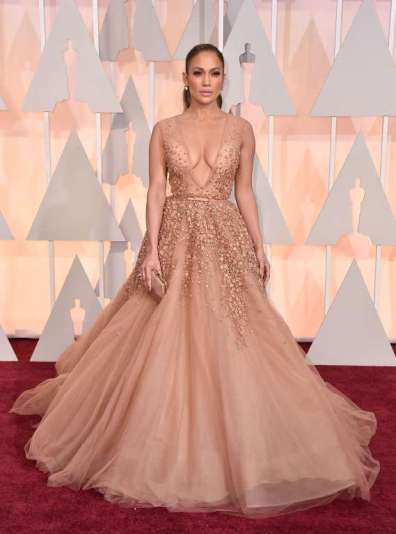 Jennifer Lopez trong thiết kế đầm màu nude của Elie Saab