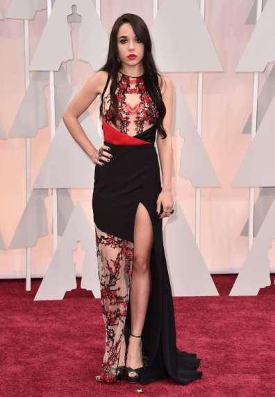 """Lorelei Linklater trông như ...""""geisha"""" trong đầm của Gabriela Cadena"""