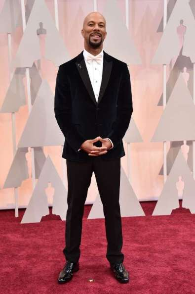 """Chủ nhân của Oscar năm nay với ca khúc """"Glory"""" trong phim Selma, Common mặc áo vest nhung của Prada"""