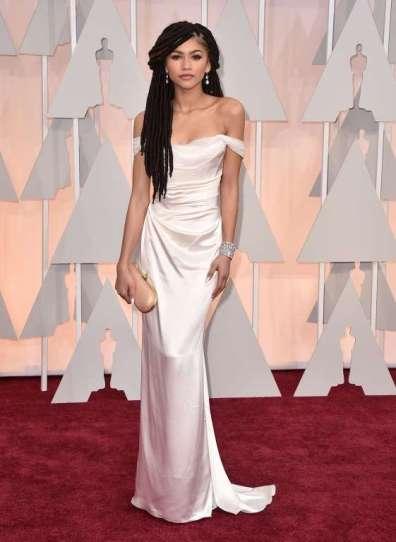 Zendaya Coleman tỏ tiến bộ sau khi bị chê là thảm họa trên thảm đỏ Grammy 2015. Cô diện đầm Vivienne Westwood cùng mái tóc dreadlock ấn tượng