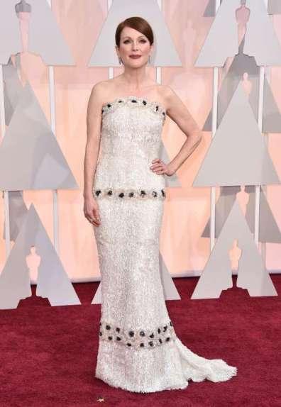 Julianne Moore mặc đầm của Chanel Haute Couture do chính tay Karl Lagerfeld thiết kế cho cô