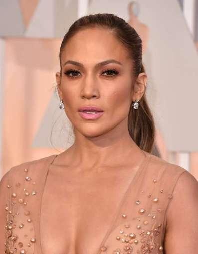 J.Lo chọn khuyên tai kim cương đơn giản
